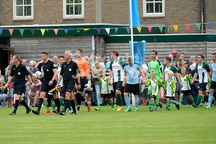 WINSUM - Voetbal, vv Winsum - FC Groningen, voorbereiding seizoen 2017-2018, 07-07-2017,  opkomst spelers met arbiter Jelle Rozendal