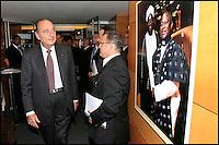 "JACQUES CHIRAC INAUGURE L' EXPOSITION ""LES VISAGES DE LA PAIX"" QUI PRESENTE LES LAUREATS DE LA FONDATION CHIRAC A LA FNAC DES TERNES."