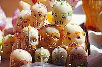 Totenschädel aus Marzipan als Glücksbringer beim Totenfest an Allerheiligen in Pátzcuaro, Mexiko, Nordamerika