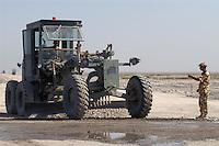 - Iraq, the military engineers build an access road to the Italian camp at Nasiriyah....- Iraq , militari del genio costruiscono una strada di accesso al campo italiano presso Nassiriya