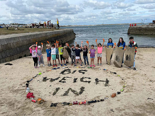 Flossie Donnelly (third from right) with young volunteers at the Sandycove portion of the nationwide Big Weigh In on Saturday 31 July