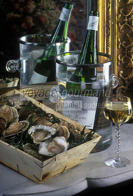 Gastronomie Générale: Huîtres plates de  Belon et vin blanc d'Alsace sur le buffet d'un réveillon