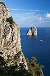 Italy, Campania, Capri: Cliff and Faraglioni rock Italien, Kampanien, Provinz Neapel, Capri: Klippe und Felsformation Faraglioni