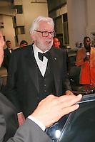donald sutherland quittant pas en grande forme le palais des festivals apres le repas d ouverture du soixante neuvieme festivals du film a cannes se deroulant au salon des ambassadeurs le mercredi 11 mai 2016