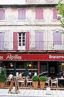 Le Bistrot des Alpilles restaurant. People sitting on the outside terrace eating. Saint Remy Rémy de Provence, Bouches du Rhone, France, Europe