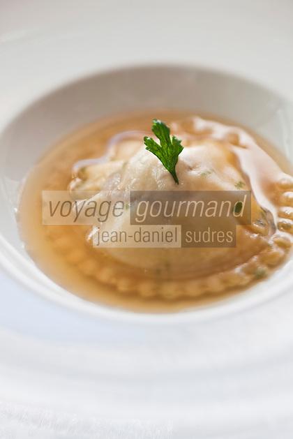 Europe/France/Bretagne/22/Côtes d'Armor/ Plérin-sous-la-Tour: Raviole de foie gras chaud et  Langoustine, Bouillon Thaï, recette de  Nicolas Adam Restaurant: La Vieille Tour