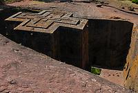 ETHIOPIA Lalibela , monolith rock churches built by King Lalibela 800 years ago, St. Georg church, Bet Giyorgis / AETHIOPIEN Lalibela oder Roha, Koenig LALIBELI liess die monolithischen Felsenkirchen vor ueber 800 Jahren in die Basaltlava auf 2600 Meter Hoehe hauen und baute ein zweites Jerusalem nach Georgskirche, Bet Giyorgis