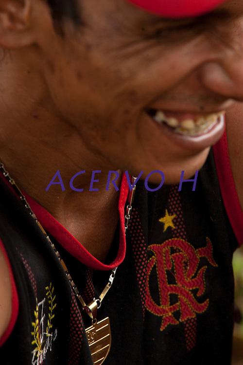 Ocupação do garimpo do Cassiporé  por forças federais e estaduais leva a detenção de cinco garimpeiros que após depoimento foram liberados.Rio Cassiporé, Amapá, Brasil.Foto Paulo Santos09/05/2012Ágata 4Combater crimes transnacionais e ambientais, o crime organizado, além de intensificar a presença do estado na faixa de fronteira apoiando as populações sãos os principais objetivos da operação ÁGATA 4 lançada pelo    Ministério da Defesa (MD) , no ultimo dia 02/05,  a Operação, uma ação  conjunta das Forças Armadas Brasileiras, com apoio de órgãos federais e estaduais, como a Polícia Federal, o Instituto Brasileiro de Meio Ambiente e dos Recursos Naturais Renováveis (IBAMA), a Secretaria da Receita Federal (SRF), a Polícia Rodoviária Federal (PRF), o Sistema de Proteção da Amazônia (SIPAM), a Força Nacional de Segurança Pública (FNS), a Agência Brasileira de Inteligência (ABIN), Agência Nacional de Aviação Civil (ANAC), Fundação Nacional do Índio (FUNAI), Instituto Chico Mendes de Conservação da Biodiversidade (ICMBio), órgãos de segurança pública dos Estados do Amazonas, Roraima, Pará e Amapá para coibir delitos transfronteiriços e ambientais na faixa de fronteira Norte. Com comando geral em Manaus foram criadas as chamadas frentes de Tarefas, a do rio Negro em São Gabriel da Cachoeira no Amazonas a do rio Branco em Boa Vista Roraima e a do Oiapoque no Amapá todas articuladas entre si. Com efetivo de  8600 homens, e grande logística, vinte e seis aeronaves como o moderno avião Embraer 145 E 99 com os mais variados tipos de censores usados pela inteligência e controle  ou o helicóptero Black Rock para transporte de tropas fazem o apoio aéreo, diversas embarcações como lanchas de aluminio até grandes balsas, dão apoio nos rios e igarapés possibilitando a operação. Água, terra e ar, em uma área aproximada de 5.200 km de extensão,  fazendo fronteira com Venezuela, Guiana, Suriname e Guiana Francesa. O