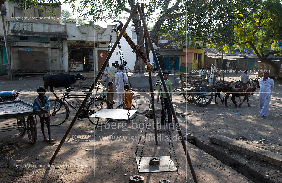 INDIA, Madhya Pradesh, Nimad region, Khargone , village market to weigh crops like cotton / INDIEN, Madhya Pradesh, Khargone, Dorf Markt mit Waage zum Ankauf landwirtschaftlicher Produkte