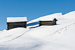 Italien, Suedtirol, Groednertal, oberhalb Wolkenstein, eingeschneite Huetten am Groednerjoch, Passhoehe 2.585 m   Italy, Alto Adige - Trentino, South Tyrol, above Selva di Val Gardena: snowed in huts at passroad Passo Gardena (2.585 m)