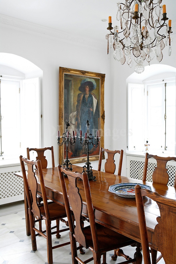 Decorator George Petridis built his house on the highest spot of Kiafas on the island of Hydra .It took him five years to complete this work. The main idea was to make the house look old and simple following the traditional architecture of the island. The interior of the house is decorated with antiques from London. The most interesting spot of the house is the bedrooms' bathroom from where you can enjoy an amazing view to Aegean sea.