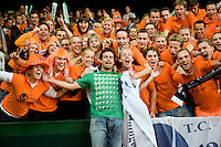 20-9-08, Netherlands, Apeldoorn, Tennis, Daviscup NL-Zuid Korea, Dutch ex daviscup player Raemon Sluiter poses with Dutch supporters