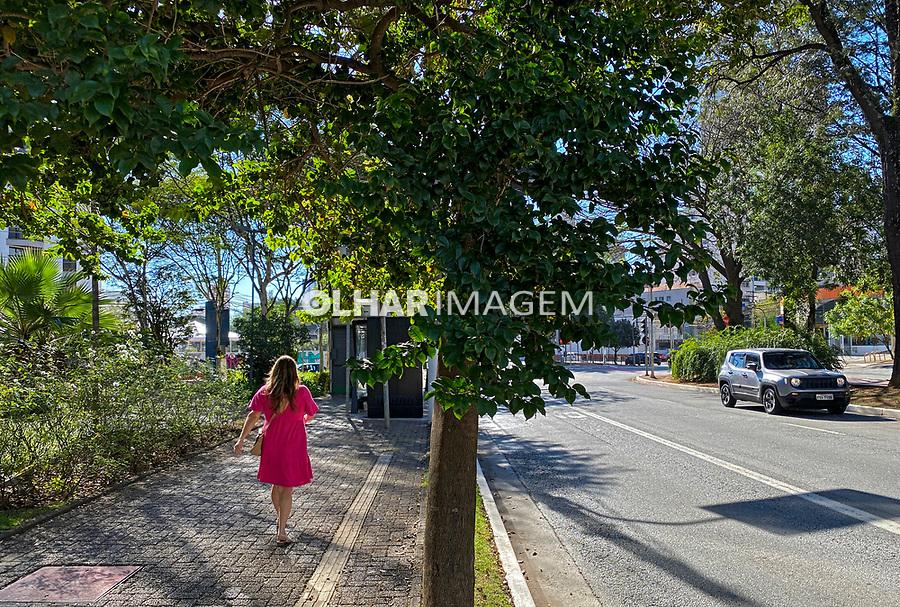 Pessoa caminhando na calçada, avenida Sumaré, São Paulo. 2021. Foto Juca Martins.