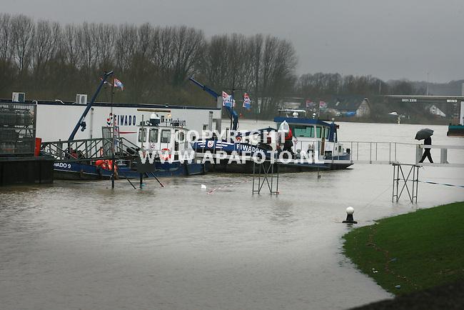 Arnhem 060307 Door de hoge waterstand van de rivieren moeten afgenmeerde boten aan de arnhemse rijnkade steeds meer improviseren om de vaste wal nog te bereiken.<br /> Foto Frans Ypma APA-foto