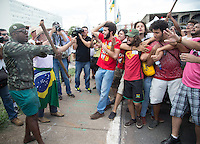 BRASÍLIA,DF, 13.11.2015 - PROTESTO-CUNHA - Estudantes e integrantes de movimentos sociais e sindicais da Frente Brasil Popular participam de ato em defesa da democracia, em contraposição à mobilização dos grupos pró- impeachment que acontecem neste fim de semana, contra o ajuste fiscal e pela saída do presidente da Câmara dos Deputados, Eduardo Cunha (PMDB-RJ), na Esplanada dos Ministérios, em Brasília, nesta sexta-feira (13). (Foto: Ed Ferreira/Brazil Photo Press)