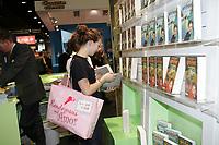 junge Dame auf der Buchmesse mit der neusten Ausgabe von Harry Potter