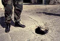 """Medjugorie / Bosnia Erzegovina 92<br /> Il cratere di una razzo inesploso lanciato da un aereo dell'aviazione yugoslava su Medjugorie.<br /> Ai tempi fu molto sfruttato l'evento in modo propagandistico. Non vi furono danni ma i giornali titolarono """"La Madonna di Medjugorie sotto le bombe"""".<br /> Foto Livio Senigalliesi"""