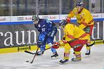 Mirko Hoefflin (Nr.92 - ERC Ingolstadt) muss sich gegen Rihards Bukarts (Nr.14 - Duesseldorfer EG) und Luke Adam (Nr.19 - Duesseldorfer EG) durchsetzen beim Spiel in der DEL, ERC Ingolstadt (dunkel) - Duesseldorfer EG (hell).<br /> <br /> Foto © PIX-Sportfotos *** Foto ist honorarpflichtig! *** Auf Anfrage in hoeherer Qualitaet/Aufloesung. Belegexemplar erbeten. Veroeffentlichung ausschliesslich fuer journalistisch-publizistische Zwecke. For editorial use only.