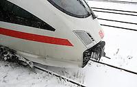 Wintereinbruch in Leipzig - erste geschlossene Schneedecke des Winters 2010 - Neuschnee - im Bild: ICE Bahn verspätung Unfall Triebwagen Kupplung Abstellgleis Inter City Express Zug Triebkopf .Foto: Norman Rembarz .