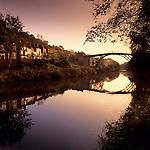 Grossbritannien, England, Shropshire, Ironbridge: das Dorf liegt an der Ironbridge Gorge, die seit 1986 zum UNESCO Weltkulturerbe zaehlt, die Bruecke ueberquert den Fluss Severn, es ist die weltweit aelteste Bogenbruecke aus Gusseisen und wurde am Neujahrstag 1781 eroeffnet | Great Britain, England, Shropshire, Ironbridge: village at the Ironbridge Gorge (UNESCO World Heritage Site), the Iron Bridge crosses the River Severn, it was the first arch bridge in the world to be made out of cast iron, opened in 1781
