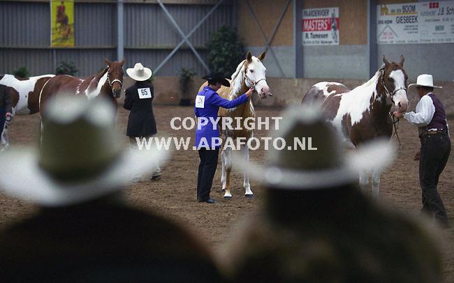 giebeek 210500 colorful spring show<br />een aantal dellnemers aan het progamma onderdeel halter (keuring) van de painted horses. de toeschouwers en deelnemers zijn allen met een orginele stetson getooid.<br />foto frans ypma APA-foto