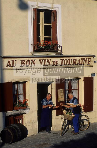 """Europe/France/Centre/37/Indre-et-Loire/Azay-le-Rideau : M. René Ménard et M. Robert Denis, viticulteurs AOC Azay-le-Rideau devant le café """"Au Bon Vin de Touraine"""" [Non destiné à un usage publicitaire - Not intended for an advertising use]<br /> PHOTO D'ARCHIVES // ARCHIVAL IMAGES<br /> FRANCE 1980"""
