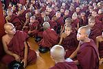 Myanmar, (Burma), Shan State, Inle Lake: Monks at religious festival at the Phaung Daw Oo pagoda | Myanmar (Birma), Shan Staat, Inle See: Moenche bei religioeser Feier in der Phaung Daw Oo Pagode