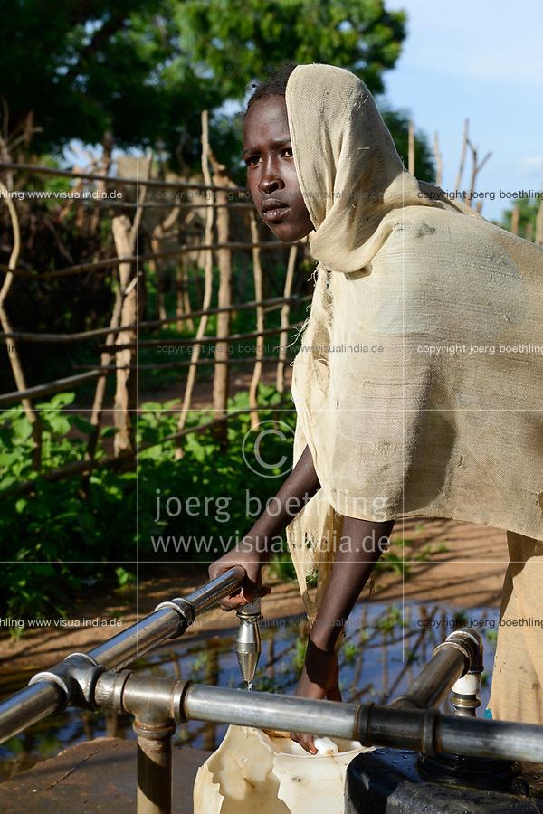 CHAD, Goz Beida, refugee camp Djabal for refugees from Darfur, Sudan, refugee girl fetch water from pipe / TSCHAD, Goz Beida, Fluechtlingslager Djabal fuer Fluechtlinge aus Darfur, Sudan
