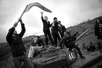 """Nagorny-Karabach, 08.05.2011, Shushi. Jugendliche feiern den armenischen Sieg im Karabachkrieg auf einem aus Denkmal aufgestellten Panzer bei Schuschi. """"The Twentieth Spring"""" - ein Portrait der s¸dkaukasischen Stadt Schuschi, 20 Jahre nach der Eroberung der Stadt durch armenische K?mpfer 1992 im B¸gerkrieg um die Unabh?ngigkeit Nagorny-Karabachs (1991-1994). Teenagers celebrate armenian victory on a tank which was set up as a memorial near Shushi. """"The Twentieth Spring"""" - A portrait of Shushi, a south caucasian town 20 years after its """"Liberation"""" by armenian fighters during the civil war for independence of Nagorny-Karabakh (1991-1994)..Des adolescents célébrent la victoire arménienne sur un tank qui a été élevé comme  mémorial à proximité de Chouchi.""""Le Vingtieme Anniversaire"""" - Un portrait de Chouchi, une ville du Caucase du Sud 20 ans après sa «libération» par les combattants arméniens pendant la guerre civile pour l'indépendance du Haut-Karabakh (1991-1994)..© Timo Vogt/Est&Ost, NO MODEL RELEASE !!"""