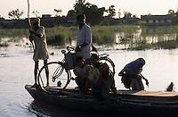 INDIA Bihar, Muzaffarpur, submergence at Bagmati river a branch of Ganga River due to climate change, heavy Monsoon flood and glacier melting / INDIEN Bihar, Ueberschwemmung durch Klimawandel, starke Monsun Regen und Gletscherschmelze am Bagmati Fluss ein Nebenfluss des Ganges