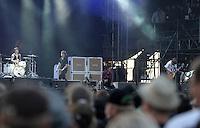 Das Festival With Full Force geht in die 18. Runde. 60 Bands aus der Hardcore-, Punk- und Metallszene haben sich auf dem haertesten Acker Deutschlands nahe Roitzschjora versammelt. Dazu gesellen sich nach Angaben der Veranstalter Sven Borges, Mike Schorler und Roland Ritter fast 30000 Besucher aus aller Welt. Drei Tage lassen die Bands ihre stromgestaehlten Gitarren gluehen und pusten per Mega-Boxenwand das Gras von der Landebahn des Sportflugplatzes. im Bild: Die englische Metalcoreband Bring me the Horizon auf der Full Force Buehne. Saenger Oliver Scott Sykes hat Spass (Bildmitte).    Foto: Alexander Bley