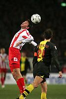 Kopfball Marius Nikulae (FSV Mainz 05, l.) gegen Christoph Matzlder (Borussia Dortmund) +++ Marc Schueler +++ 1. FSV Mainz 05 vs. Borussia Dortmund, 31.01.2007, Stadion am Bruchweg Mainz +++ Bild ist honorarpflichtig. Marc Schueler, Kreissparkasse Grofl-Gerau, BLZ: 50852553, Kto.: 8047714
