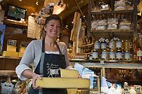 Europe/France/73/Savoie/Val d'Isère:Claudine Mattis  dans sa boutique: La Fermette de Claudine Auto N°:8008