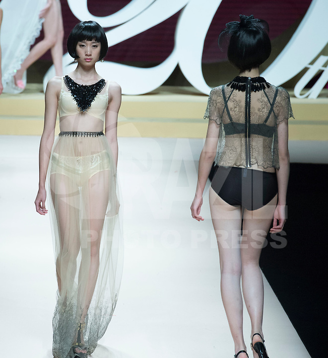 PEQUIM, CHINA, 30.10.2013 - CHINA FASHION WEEK - Siming Fashion Festival & World Chinese Fashion Design Contest durante o China Fashion Week em Pequim nesta quarta-feira, 30. (Foto: Vincent Wei / Brazil Photo Press).