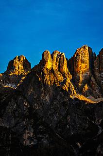 Italien, Venetien, Provinz Belluno, Alleghe:  Gipfel der Monte Civetta in den Dolomiten im letzten Sonnenlicht   Italy, Veneto, Province Belluno, Alleghe: summits of Monte Civetta mountains in the Dolomites at sunset