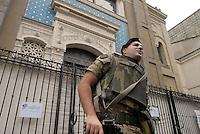 - soldiers in security service in front of Milan synagogue....- militari  in servizio di sicurezza davanti alla Sinagoga di Milano