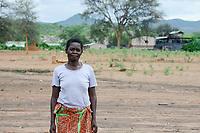 ZAMBIA, Sinazese, village Nkandabbwe, chinese Collum coal mine, villager were displaced and resettled, have lost their farms / SAMBIA, Dorfbewohner mußten der chinesischen Collum Kohlemine weichen und wurden umgesiedelt, Rose Chulou vor dem Kohle Schacht