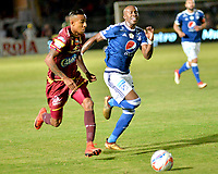 IBAGUE - COLOMBIA, 21-04-2018: Rafael Carrascal (Izq.) jugador de Deportes Tolima disputa el balón con Felipe Banguero (Der.) jugador de Millonarios, durante partido entre Deportes Tolima y Millonarios, de la fecha 17 por la Liga Aguila I 2018, jugado en el estadio Manuel Murillo Toro de la ciudad de Ibague. / Rafael Carrascal (R) player of  Deportes Tolima vies for the ball with Felipe Banguero (L) player of Millonarios, during a match between Deportes Tolima and Millonarios of the 17th date for the Aguila League I 2018,  played at Manuel Murillo Toro stadium in Ibague city. Photo: VizzorImage / Juan Carlos Escobar / Cont.