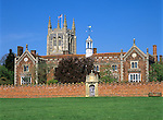 Great Britain, England, Suffolk, Long Melford: Holy Trinity Church and Holy Trinity Hospital, built by Sir William Cordell in 1573 as almshouses Grossbritannien, England, Suffolk, Long Melford: Holy Trinity Pfarrkirche und Holy Trinity Hospital, erbaut von Sir William Cordell in 1573 as Altersheim fuer Arme