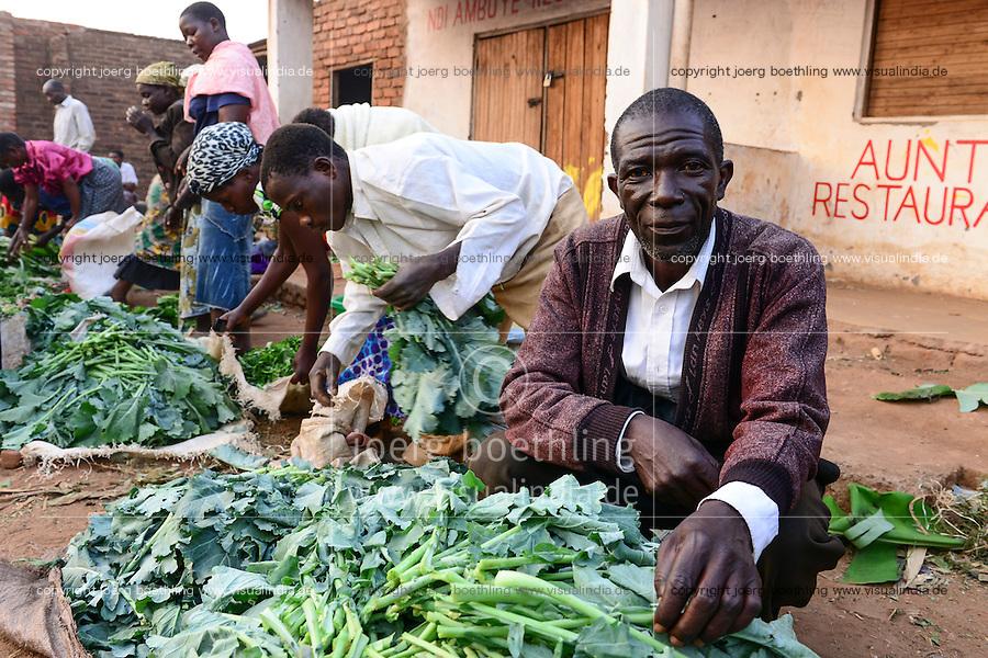 Malawi, Thyolo, NGO CARD Churches Action in Relief and Development, Bewaesserungssystem im Dorf Samuti, Farmer John Chimwaye, 56, verkauft Gemüse auf dem Markt in Bvumbwe