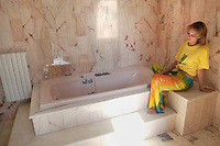 - the luxurious bathing room of the villa seized to the boss of the racket Pasquale Galasso on base of  law 109/96 for the reconversion of properties confiscated to the organized crime.  Renamed villa Falcone and Borsellino, it comes today destined by municipality for social activities (summer colony for children and working camp for Legambiente enviromentalist association )....- la lussuosa sala da bagno della villa sequestrata al boss della camorra Pasquale Galasso in base alla legge 109/96 per la riconversione dei beni confiscati alla criminalità organizzata.  Ribattezzata villa Falcone e Borsellino, viene oggi destinata dal comune ad attività sociali (colonia estiva per bambini e campo di lavoro dell'associazione ambientalista Legambiente)..