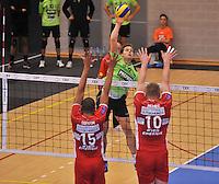 Volley Team Menen - Hotvolleys Wenen : Jeroen Balduyck met de smash tussen Nemec (10) en Ricardo Serafim (15) van Wenen<br /> foto VDB / Bart Vandenbroucke