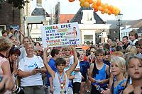 TURNEN: LEMMER: centrum Lemmer, 17-08-2012, Huldiging Olympisch kampioen Epke Zonderland, een jonge fan met een boodschap voor Epke, 'Hoera Epke heeft Goud. Ik wil ook net zoals jij de beste turner van Lemmer zijn. Groetjes Zen', ©foto Martin de Jong