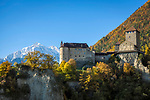 Italien, Suedtirol, bei Meran, Dorf Tirol: Landesmuseum Schloss Tirol, im Hintergrund die schneebedeckten Gipfel der Texelgruppe | Italy, South Tyrol, Alto Adige, near Merano, Tirolo: Tirol castle - provincial museum of history and culture, at background snowcapped summits of Texel Group mountains