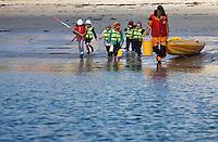 Europe/France/Bretagne/29/Finistère/Brignogan: Départ d'enfants pour une initiation au kayak de mer avec le Centre Nautique de Brignogan-Plages le long de la Côte des Légendes - Plage des Crapauds