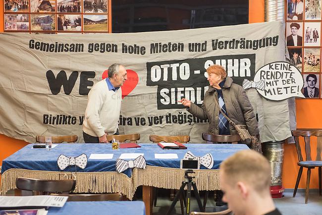 """Mieter protestieren gegen Immobilienkonzern """"Deutsche Wohnen"""".<br /> Mieter der Otto-Suhr-Siedlung im Berliner Stadtteil Kreuzberg sind durch die energetischen Sanierungsmassnahmen des Immobilienkonzern """"Deutsche Wohnen"""" von Mietehoehungen bis zu 50% betroffen. Die Aktiengesellschaft veranschlagt die Sanierungskosten fuer die Mieter damit doppelt so hoch, wie die benachbarte staedtische Wohnungsbaugesellschaft Mitte (WBM).<br /> Nach Aussagen von Mieterinitiativen in der Otto-Suhr-Siedlung sind bis zu 80% der ca. 1000 Wohnungen damit akut gefaehrdet, da sie die Miete nach Abschluss der Modernisierungsarbeiten dann nicht mehr bezahlen koennen oder vom Jobcenter bezahlt bekommen, da sie weit ueber den Saetzen liegen, die uebernommen werden.<br /> Die Mieter haben einen offenen Brief an die Bezierksverordnetenversammlung (BVV) Friedrichshain-Kreuzberg geschrieben und fordern sie darin auf, sie gegen die geplanten energetischen Modernisierungen und die damit verbundenen Mieterhoehungen zu unterstuetzen. """"Der neu gewaehlte Berliner Senat hat eine soziale Wohnungspolitik zum zentralen Wahlkampfthema gemacht. Daher fordern wir, dieses Versprechen einzuloesen"""" so die Mieter.<br /> Im Bild: Bei einer Pressekonferenz berichteten Betroffene von der drohenden Verdraengung durch die Mieterhoehung und praesentierten ueber 800 Unterschriften, die an die BVV-Mitglieder uebergeben werden sollen.<br /> 8.2.2017, Berlin<br /> Copyright: Christian-Ditsch.de<br /> [Inhaltsveraendernde Manipulation des Fotos nur nach ausdruecklicher Genehmigung des Fotografen. Vereinbarungen ueber Abtretung von Persoenlichkeitsrechten/Model Release der abgebildeten Person/Personen liegen nicht vor. NO MODEL RELEASE! Nur fuer Redaktionelle Zwecke. Don't publish without copyright Christian-Ditsch.de, Veroeffentlichung nur mit Fotografennennung, sowie gegen Honorar, MwSt. und Beleg. Konto: I N G - D i B a, IBAN DE58500105175400192269, BIC INGDDEFFXXX, Kontakt: post@christian-ditsch.de<br /> Bei der Bearbeit"""