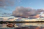 Navigation sur le Rio Negro au nord de Manaus sur le bateau de croisière La Jangada. Coucher de soleil depuis une annexe