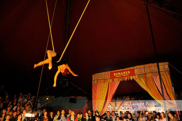 SOIREE DE SOUTIEN AU CIRQUE TZIGANE ROMANES..Lieu : Cirque Romanes..Ville : Paris..Le : 04 10 2010..© Laurent PAILLIER / photosdedanse.com..All Rights reserved