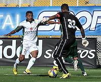BOGOTA - COLOMBIA-04-05-2013: Wilson Morelo (Izq.) jugador de La Equidad, lucha por el balón con Julian Vaifara (Der.) durante partido en el estadio De Techo de la ciudad de Bogota, abril mayo 4 de 2013. La Equidad y Deportes Quindio durante partido por la decimocuarta fecha de la Liga Postobon I. (Foto: VizzorImage / Luis Ramirez / Staff). Wilson Morelo (R) jugador de La Equidad fights for the ball with Julian Vaifara (L) during game in the Techo stadium in Bogota City, May 4, 2013, during match for the fourtenth round of the Postobon League I. (Photo: VizzorImage / Luis Ramirez / Staff)..