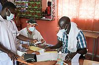 SENEGAL, Kaolack, vilage Sokoné, rural health center, Corona pandemic, corona pandemic doctor with mask / Dorf Sokoné, ländliche Gesundheitsstation, Corona Pandemie, Arzt mit Maske